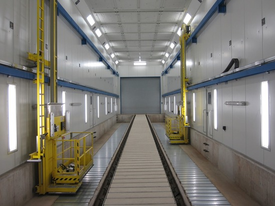 Plataformas de trabajo con elevación en una cabina de pintura para vagones
