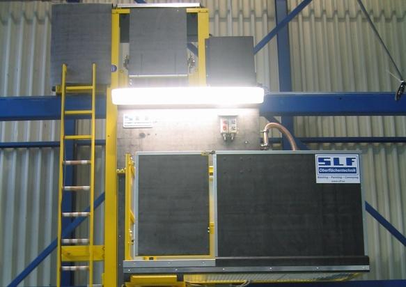 Plataforma de trabajo con elevación para el uso en una sala de granallado