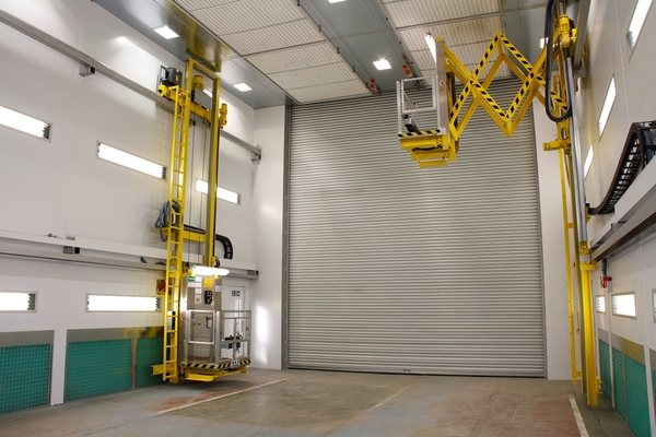 Paint spraying booth with sidewall extraction and lifting platforms