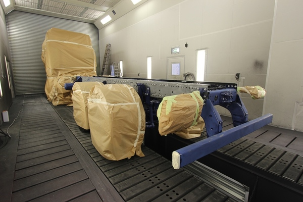 Combined paint spraying and drying cabin for utility vehicles with foundation pits
