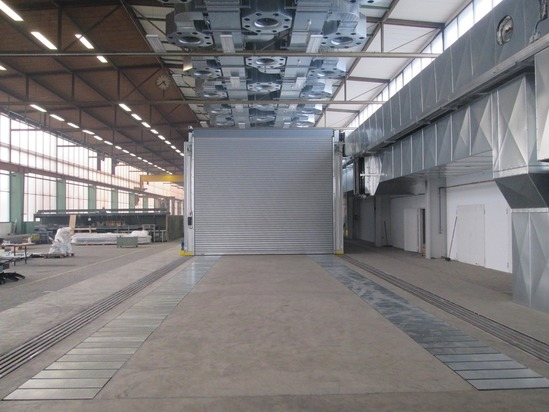 Open-space paint spraying system with double floor suction