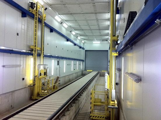 Plataforma de trabajo con elevación giratoria para la pintura de vagones