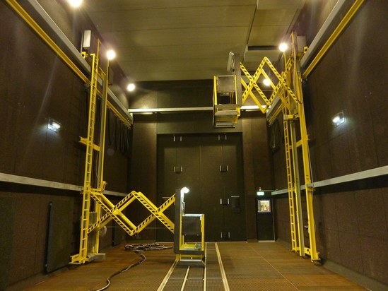 Extended scissors-type lifting platforms in a blastroom